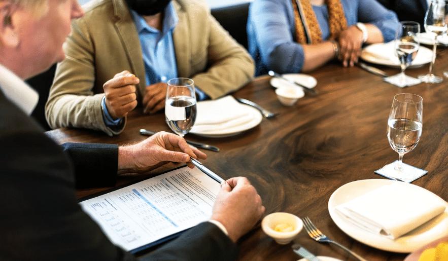 """Pranzo di lavoro? I consigli per un'impeccabile """"business etiquette"""""""